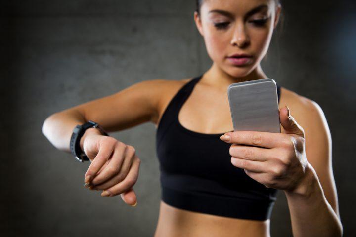 Foto von einer Sportlerin die Ihren Puls misst