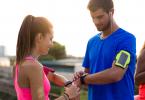 Sportler vergleichen Pulswerte.