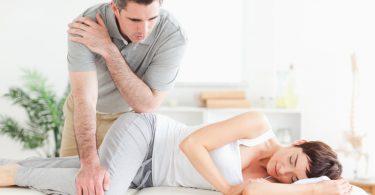 Foto: Physiotherapeut massiert die Hüfte einer Patientin.