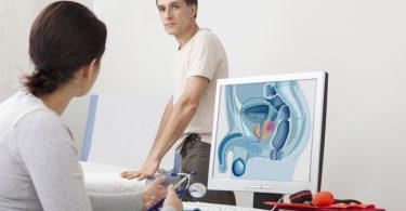 Foto eines Mannes in einer Arztpraxis, der zur Prostatakrebs Vorsorge beraten wird