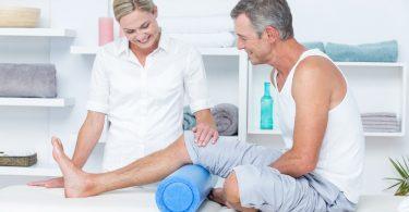 Foto: Ärztin untersucht Patient mit Kniearthrose