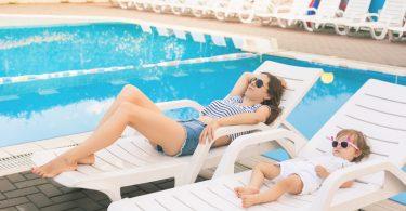 Foto: Mutter und Kind genießen bei der Kur ein Sonnenbad