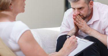 Foto eines Patienten mit posttraumatischer Belastungsstörung, der bei einer Psychologin ist