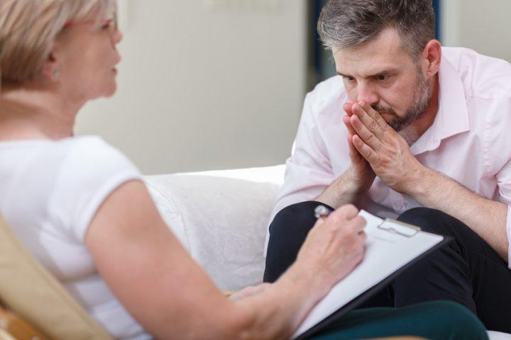 Foto eines Patienten, der eine posttraumatische Belastungsstörung hat und bei einer Psychologin ist