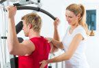 Foto eines Patienten mit Rückenschmerzen, der von einer Physiotherapeutin behandelt wird