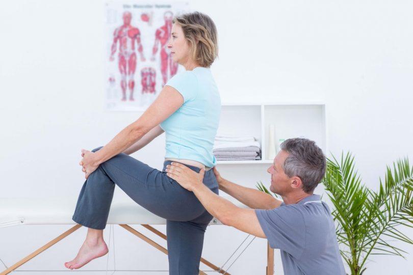 Foto: Physiotherapie für eine Patientin mit künstlichem Hüftgelenk