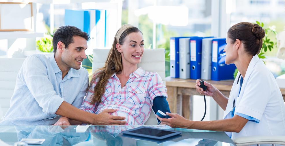 Foto: Dr. mißt den Blutdruck nbei einer schwangeren Patientin