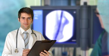 Foto eines jungen Chirugen, der Implantate wie Herzschrittmacher, Bypass und Stent erläutert.