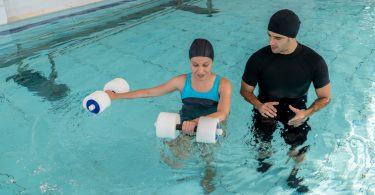Foto von Frau bei einer Wassertherapie