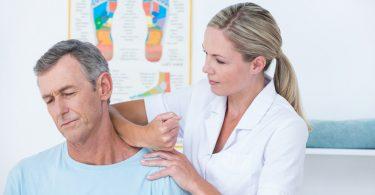 Ärztin behandelt die Nackenschmerzen (HWS-Syndrom / Halswirbelsäulensyndrom)