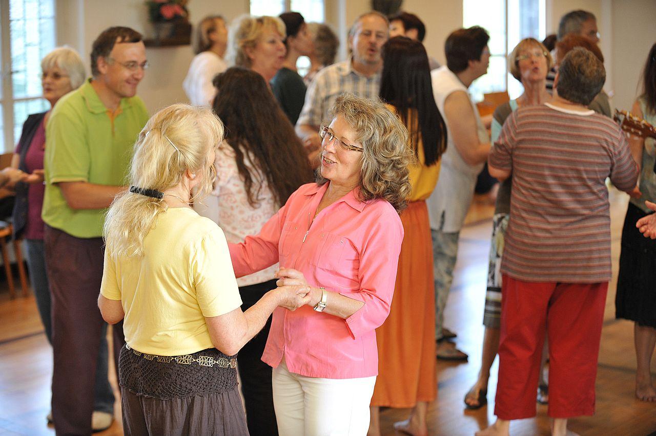 Foto von Menschen bei einer Gesangstherapie.