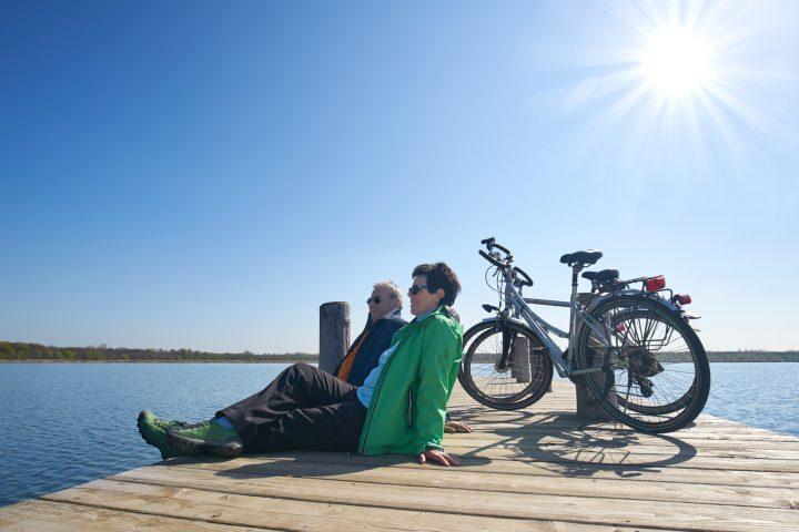 Seniorenpaar mit Fahrrad.