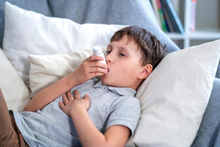 Kranker Junge mit Asthma-Allergie und Inhalator
